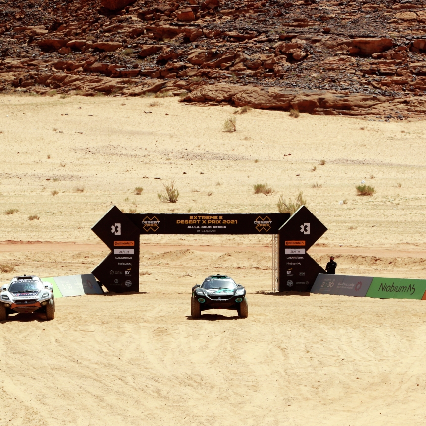 ALULA, SAUDI ARABIA - APRIL 04: Catie Munnings (GBR)/Timmy Hansen (SWE), Andretti United Extreme E, Molly Taylor (AUS)/Johan Kristoffersson (SWE), Rosberg X Racing, and Cristina Gutierrez (ESP)/Sebastien Loeb (FRA), X44, line up ready for the start during the Desert X-Prix at AlUla on April 04, 2021 in AlUla, Saudi Arabia. (Photo by Steven Tee / LAT Images)