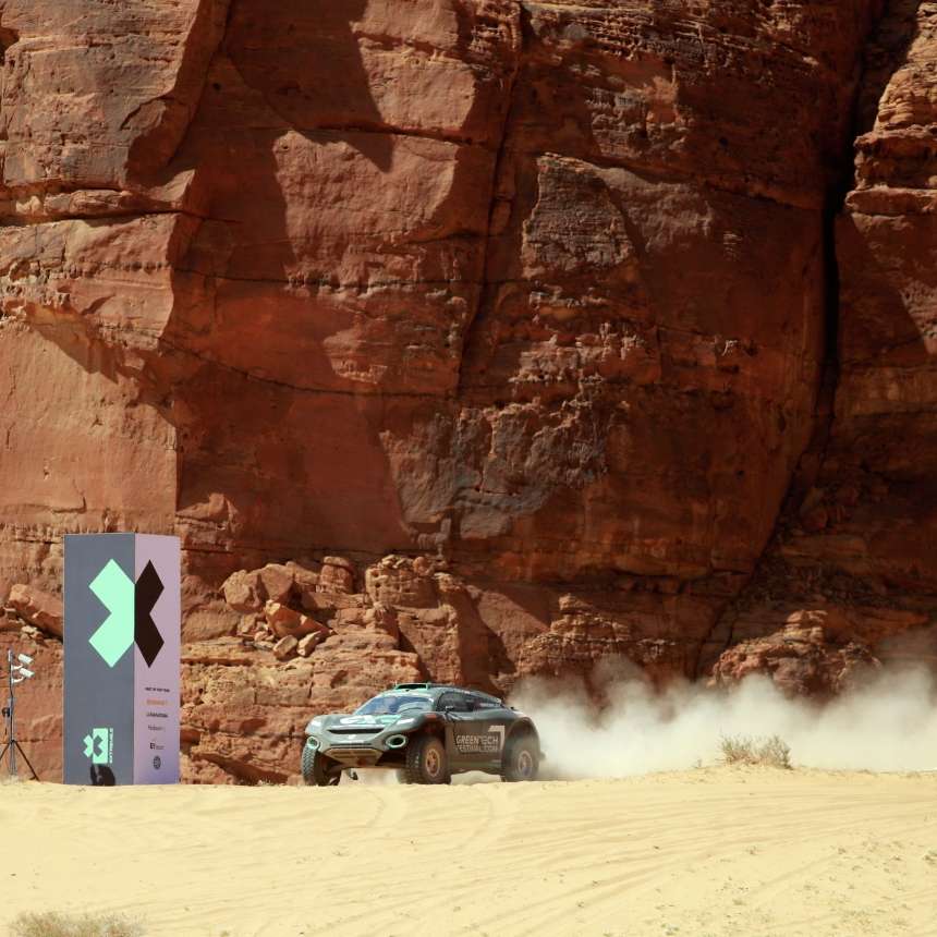 ALULA, SAUDI ARABIA - APRIL 04: Molly Taylor (AUS)/Johan Kristoffersson (SWE), Rosberg X Racing cross the finish line during the Desert X-Prix at AlUla on April 04, 2021 in AlUla, Saudi Arabia. (Photo by Steven Tee / LAT Images)