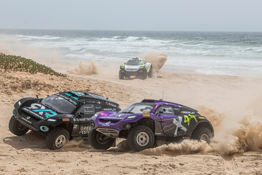 LAC ROSE, SENEGAL - MAY 30: Molly Taylor (AUS)/Johan Kristoffersson (SWE), Rosberg X Racing, and Cristina Gutierrez (ESP)/Sebastien Loeb (FRA), X44, race and collide into the first corner of the final during the Ocean X-Prix at Lac Rose on May 30, 2021 in Lac Rose, Senegal. (Photo by Charly Lopez / LAT Images)